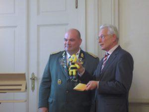 Bezirksbürgermeister Steglitz-Zehlendorf mit Bienchen